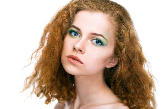 Piękna młoda kobieta twarz na białym tle