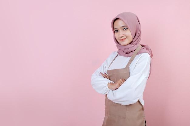 Piękna młoda kobieta ubrana w fartuch z uśmiechem i szczęśliwy