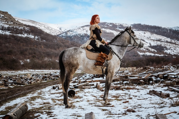 Piękna młoda kobieta ubrana w ubrania wikingów