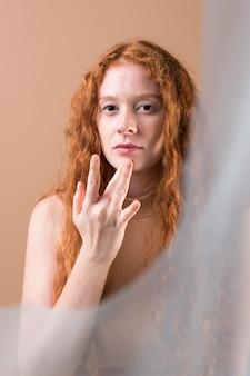 Piękna młoda kobieta uczy języka migowego