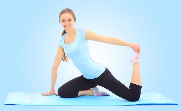 Piękna młoda kobieta uprawiająca sport na niebiesko
