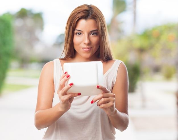 Piękna młoda kobieta uśmiecha klawiatury