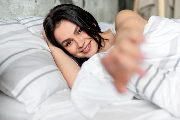 Piękna młoda kobieta uśmiecha się