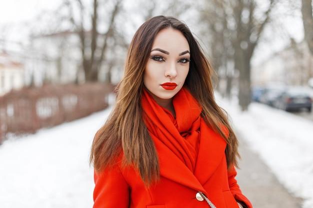 Piękna Młoda Kobieta W Czerwone Ubrania Moda Spaceru W Winter Park Premium Zdjęcia