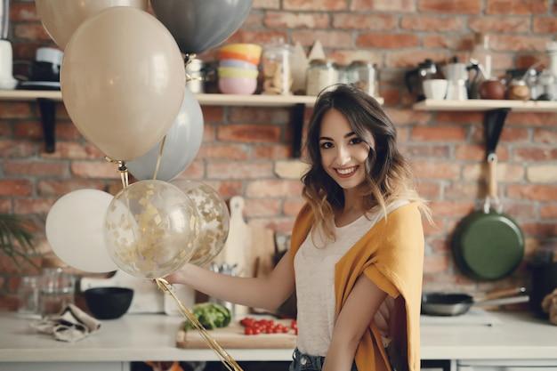 Piękna młoda kobieta w domu