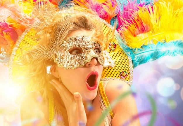 Piękna młoda kobieta w karnawałowej masce piękna modelka kobieta nosząca maskę maskującą