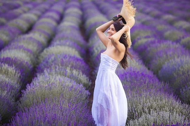 Piękna młoda kobieta w lavander polu