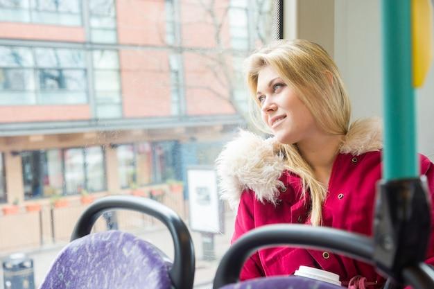 Piękna młoda kobieta w londynie na autobus piętrowy