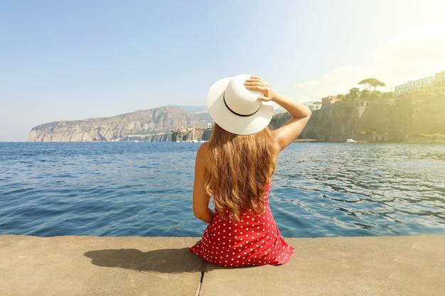 Piękna młoda kobieta w miejscowości sorrento we włoszech