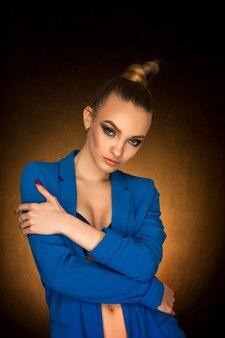 Piękna młoda kobieta w niebieskiej kurtce z uroda makijaż