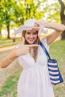 Piękna młoda kobieta w prawdziwym życiu, co przechwytywania ramki