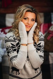Piękna młoda kobieta w rękawiczkach przytula jej twarz