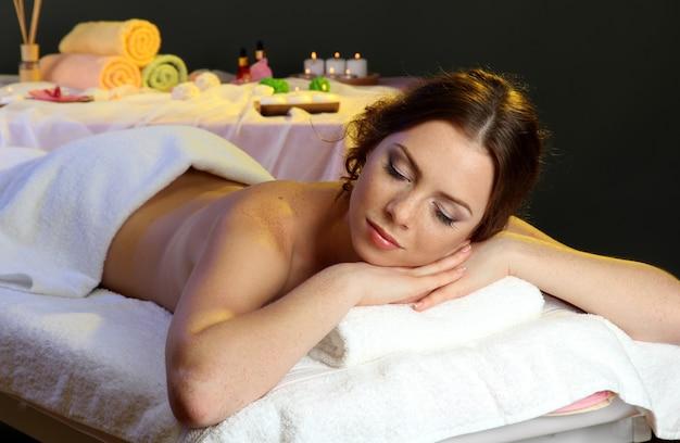 Piękna młoda kobieta w salonie spa