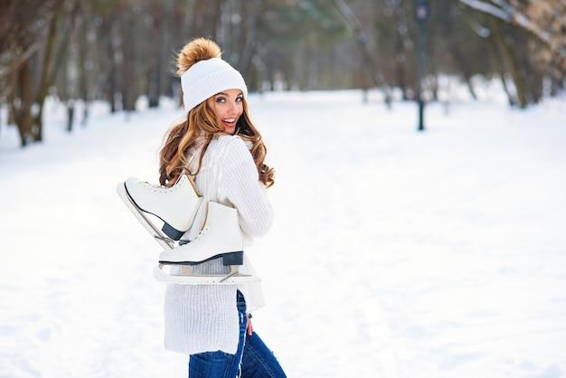 Piękna młoda kobieta w śnieżnym parku zimy