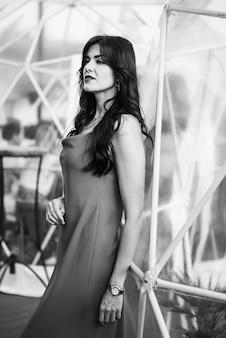 Piękna młoda kobieta w sukience na zewnątrz