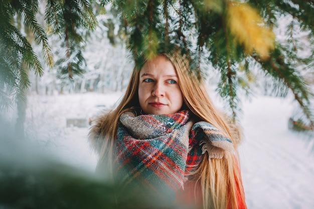 Piękna młoda kobieta w winter park