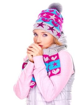 Piękna młoda kobieta w zimowe ubrania, ogrzewając ręce