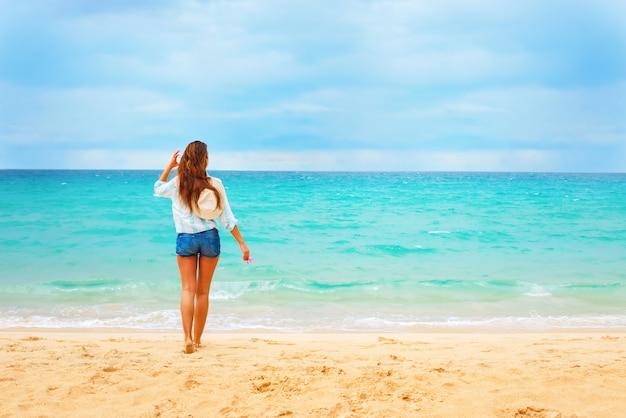 Piękna młoda kobieta wygląda na blue sea summer