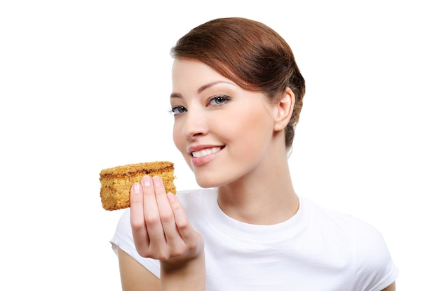 Piękna młoda kobieta z apetyczny tort - na białym tle
