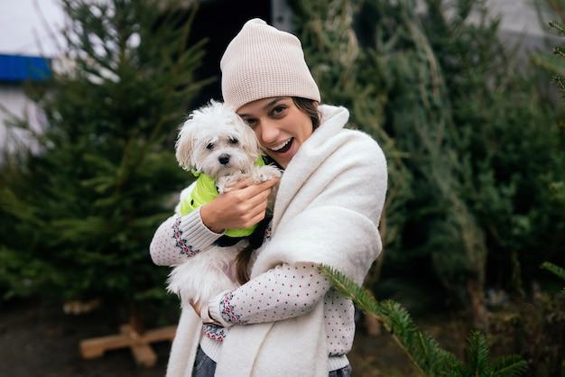 Piękna młoda kobieta z białym psem