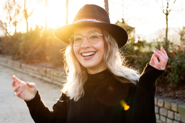 Piękna młoda kobieta z białymi zębami i rozochoconym uśmiechem.