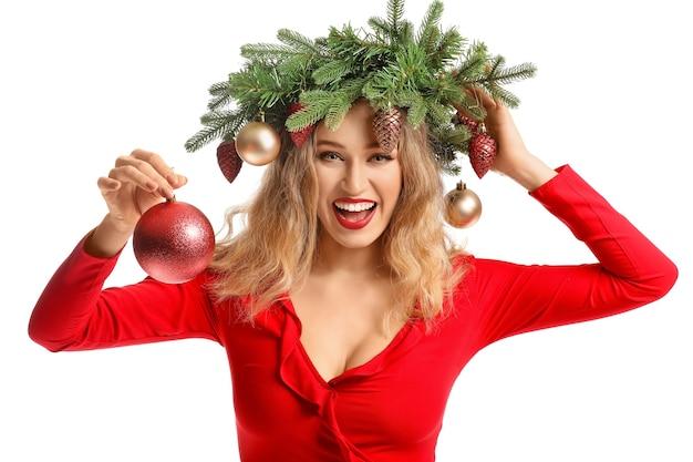 Piękna młoda kobieta z bożonarodzeniowym wieńcem
