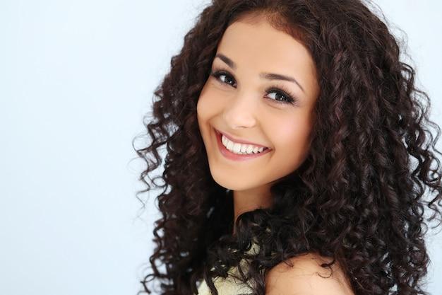 Piękna młoda kobieta z czarnymi kręconymi włosami