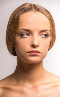 Piękna młoda kobieta z czystą skórą na ładnej twarzy.