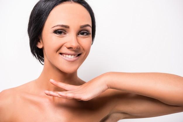 Piękna młoda kobieta z czystą skórą twarzy.