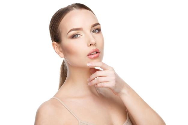 Piękna młoda kobieta z czystą świeżą skórą na białym tle