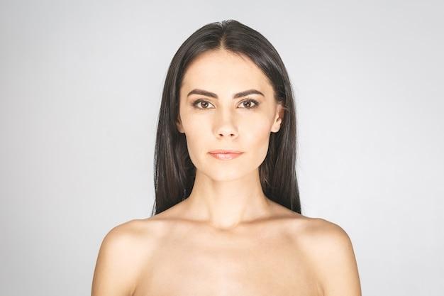 Piękna młoda kobieta z czystego, świeżego skóry.