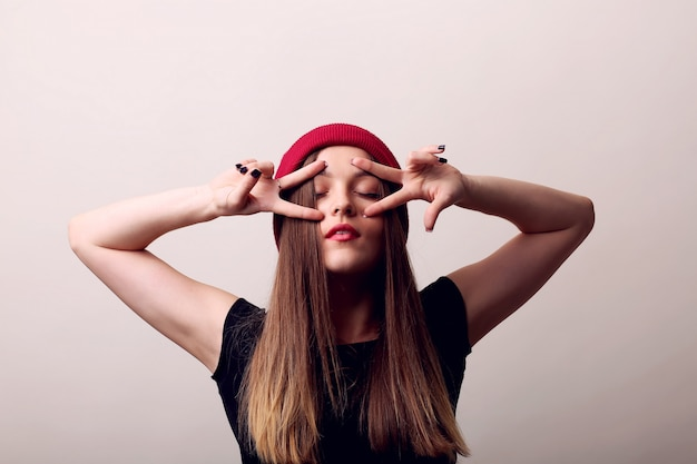 Piękna młoda kobieta z długimi brązowymi włosami. ładny model stawia na.