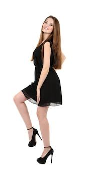 Piękna młoda kobieta z długimi włosami na białym
