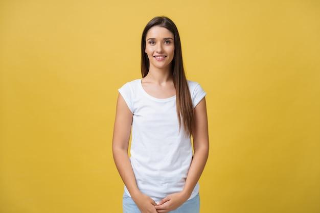 Piękna młoda kobieta z długimi włosami na sobie białą koszulkę.