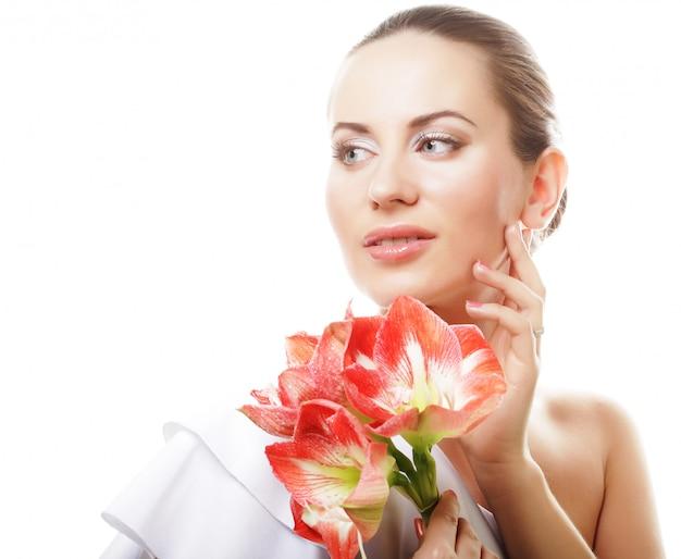 Piękna młoda kobieta z dużymi różowymi kwiatami