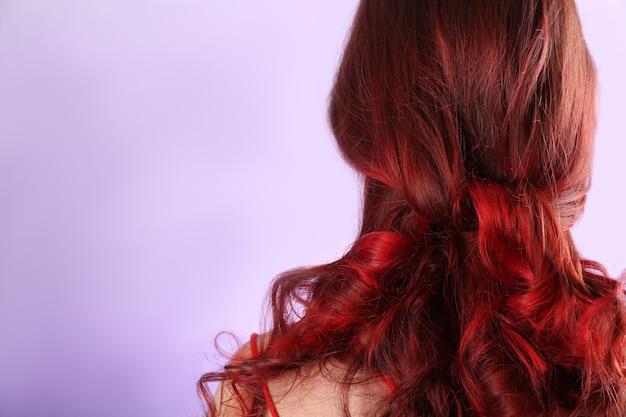 Piękna młoda kobieta z farbowanymi włosami
