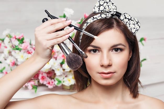 Piękna młoda kobieta z frędzlami, skład fotografii koncepcja pielęgnacji skóry brunetka dziewczyna