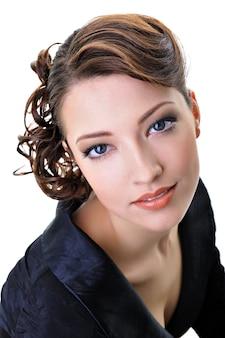 Piękna młoda kobieta z fryzurą mody
