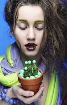 Piękna młoda kobieta z jaskrawym makijażem