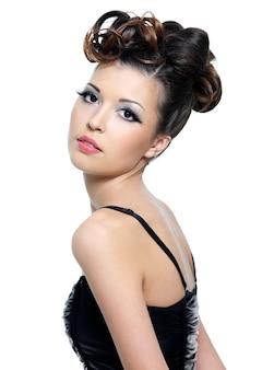 Piękna młoda kobieta z jasny makijaż i fryzurę moda - na białym tle