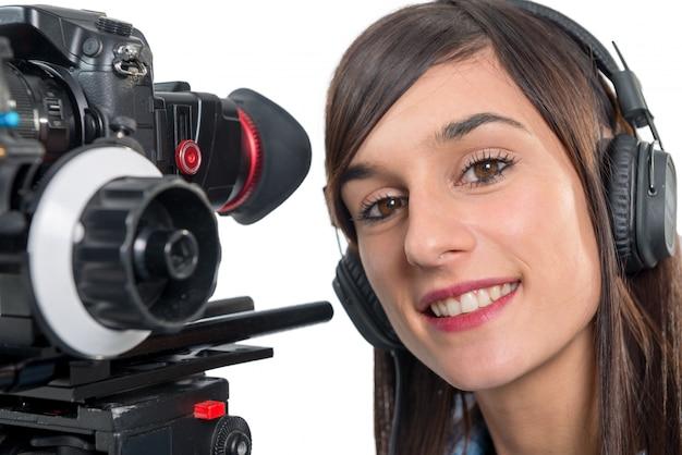 Piękna młoda kobieta z kamerą wideo dslr