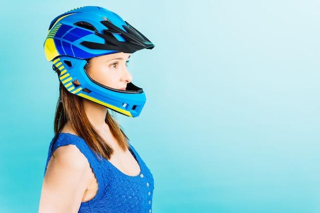 Piękna młoda kobieta z kaskiem na całą twarz do sportów ekstremalnych. koncepcja kobiet i sportu