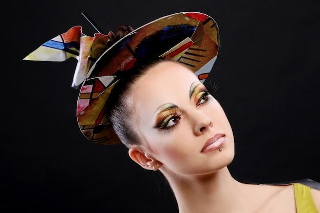 Piękna młoda kobieta z kreatywnie makijażem
