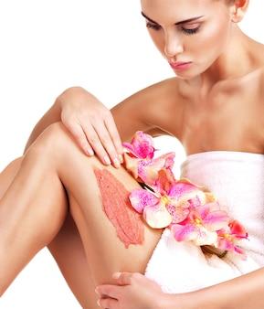 Piękna młoda kobieta z kwiatami za pomocą zarośla.