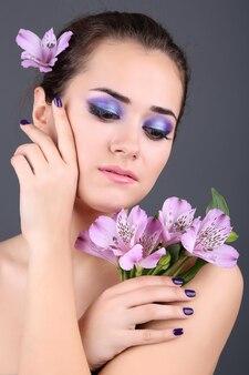 Piękna młoda kobieta z kwiatami
