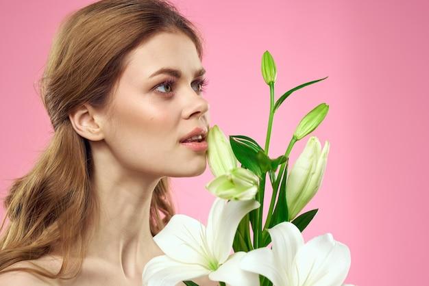 Piękna młoda kobieta z kwiatem białej lilii