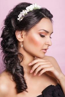 Piękna młoda kobieta z kwiecistym ornamentem