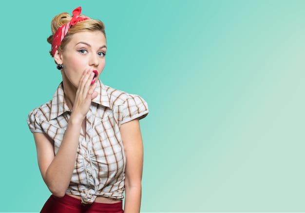 Piękna młoda kobieta z makijażem pin-up
