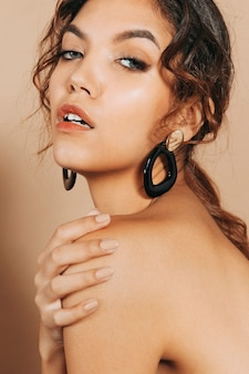 Piękna młoda kobieta z nagimi ramionami
