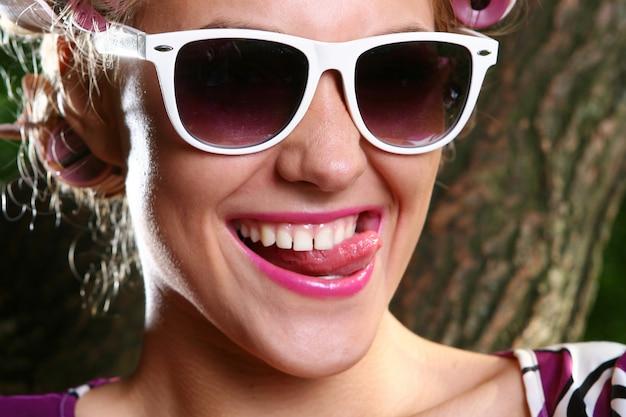 Piękna młoda kobieta z okularami przeciwsłonecznymi